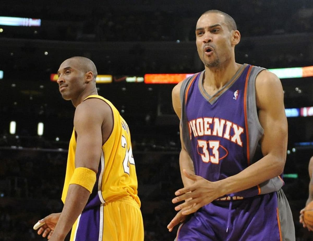 Grant Hill (oik.) ja Kobe Bryant (vas.).