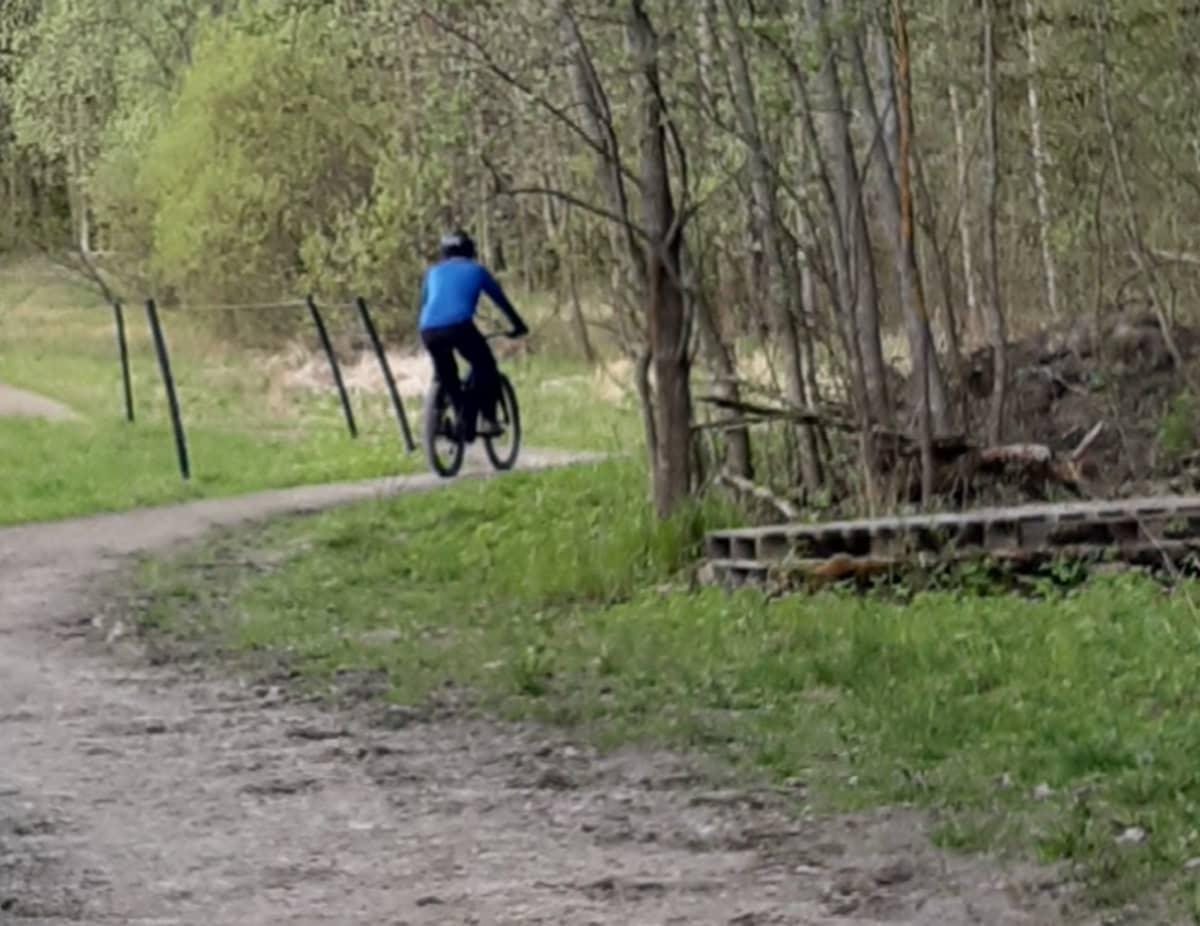 Länsi-Uudenmaan poliisin kuva epäillystä pyöräilijästä.
