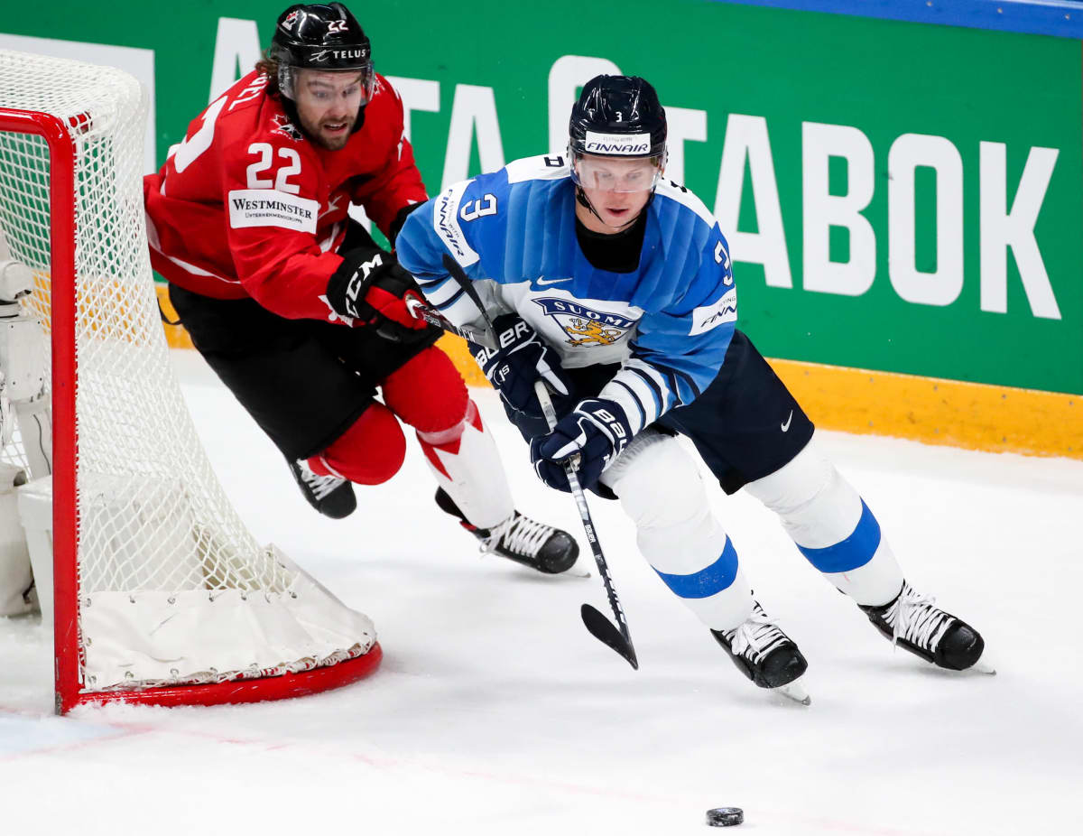 Kanadas Brandon Hagel hack i häl på Finlands Olli Määttä.