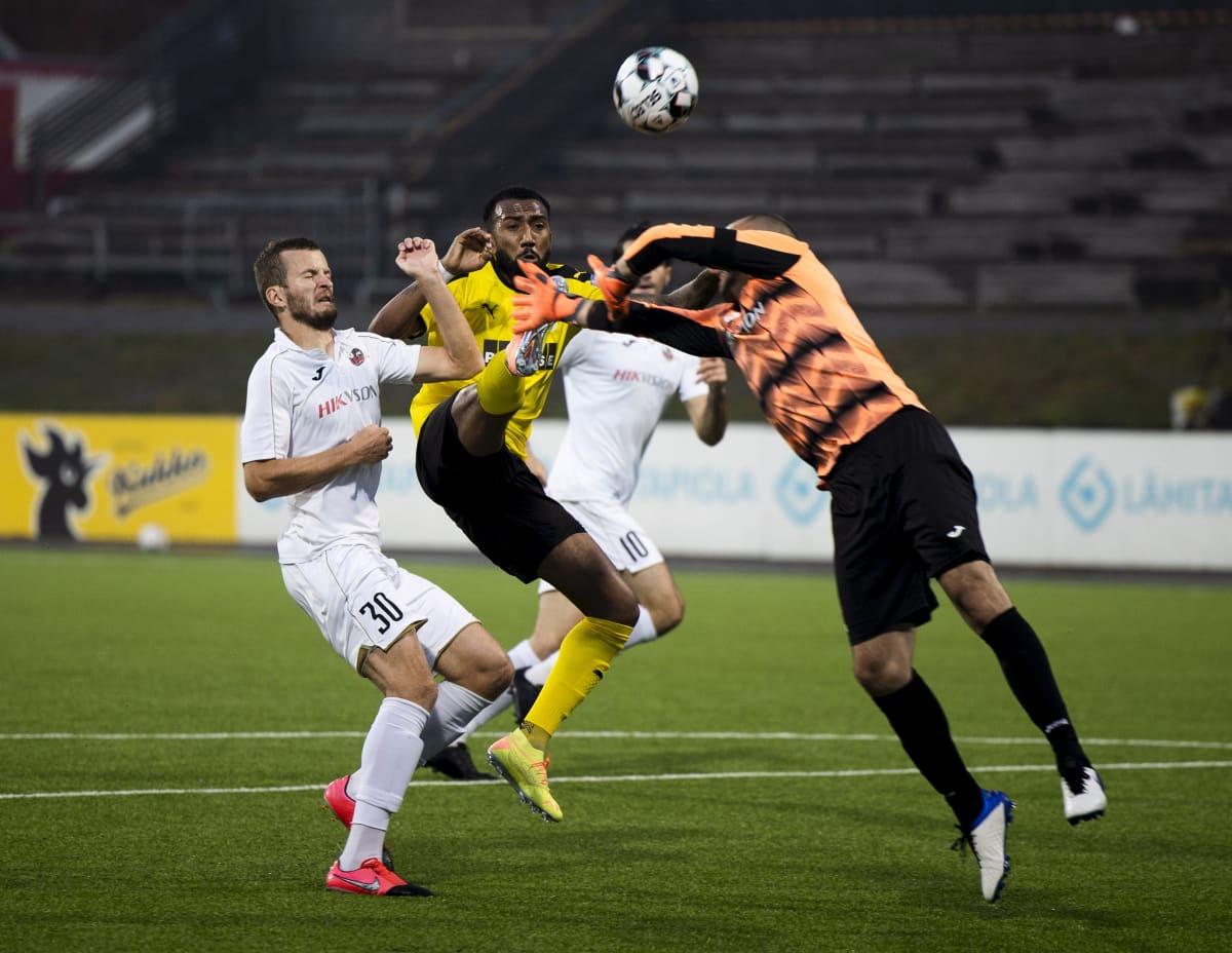 KuPS:n Lucas Rangel tekee 1-0 maalin Suduvan maalivahti Ivan Kardumin taakse.