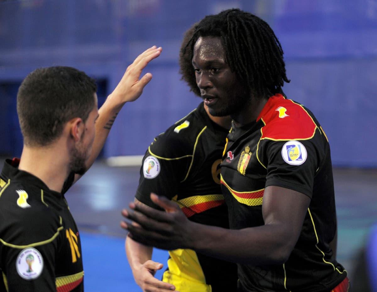 Belgian maalintekijä Romelu Lukaku ottaa onnitteluja vastaan.