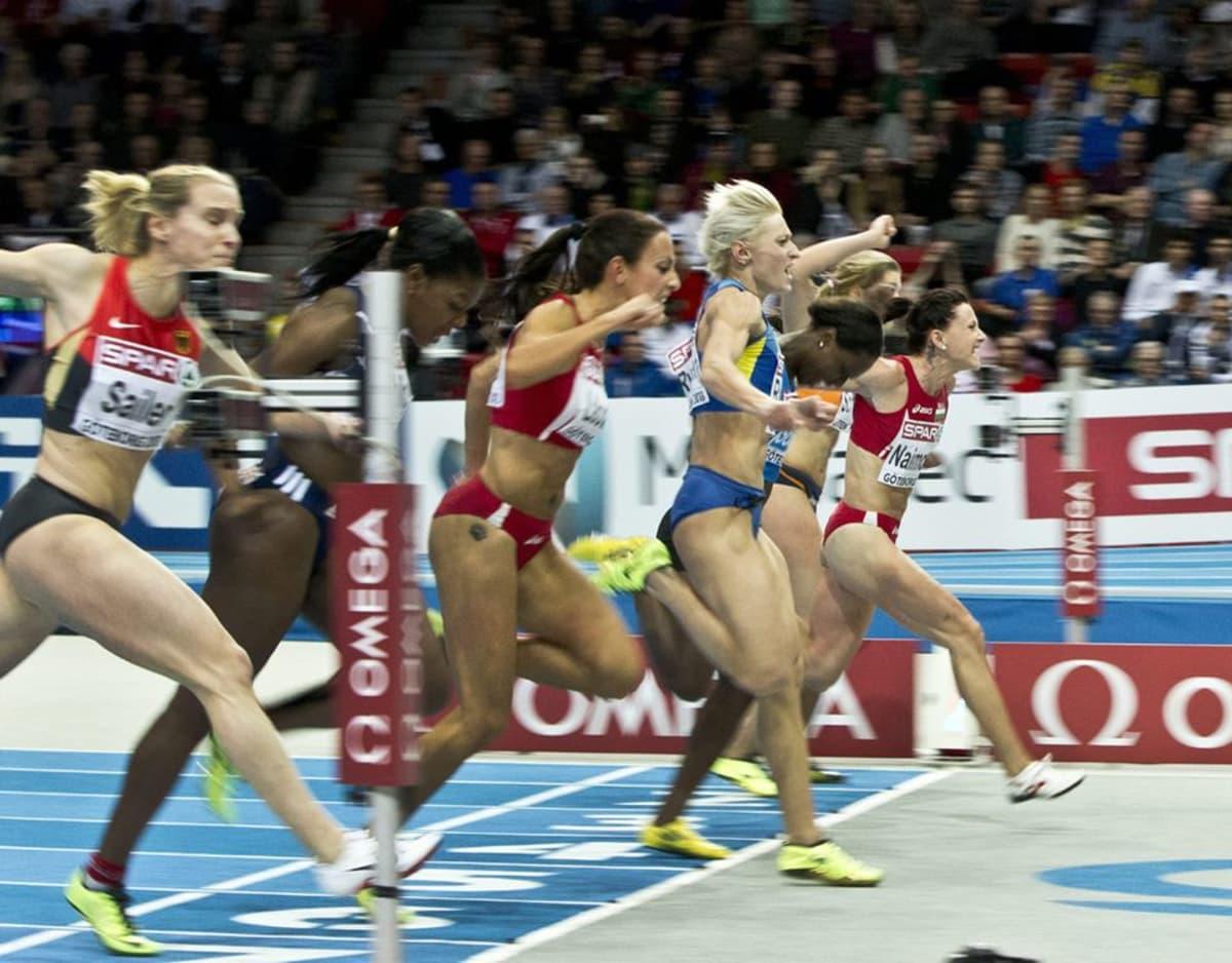 Bulgarian Tezdzhan Naimova (laitimmaisena oikealla) voittaa naisten 60 metrin kilpailun Göteborgin halli-EM-kilpailuissa.