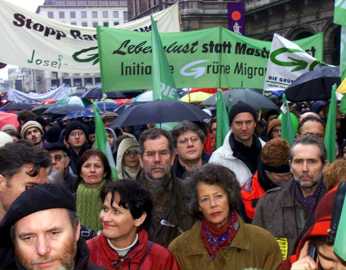 Alexander van der Bellen osallistui äärioikeiston vastaiseen suurmielensoitukseen helmikuussa 2000 Wienissä.