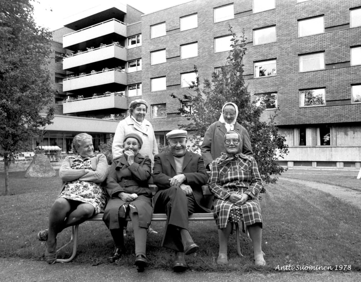 asukkaita vanhainkodin pihalla