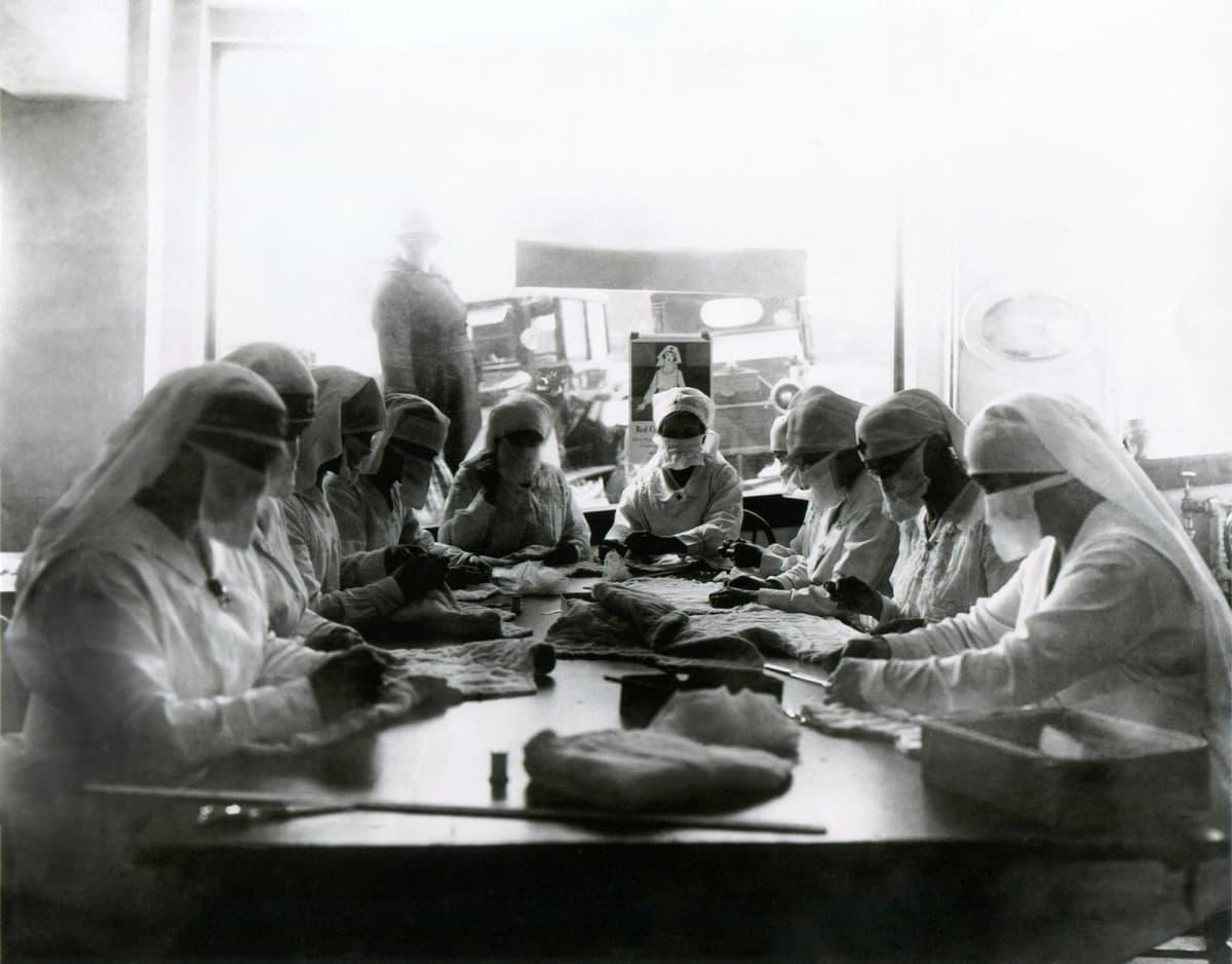 Kasvomaskeilla suojautuneita sairaanhoitajia Seattlessa vuonna 1918