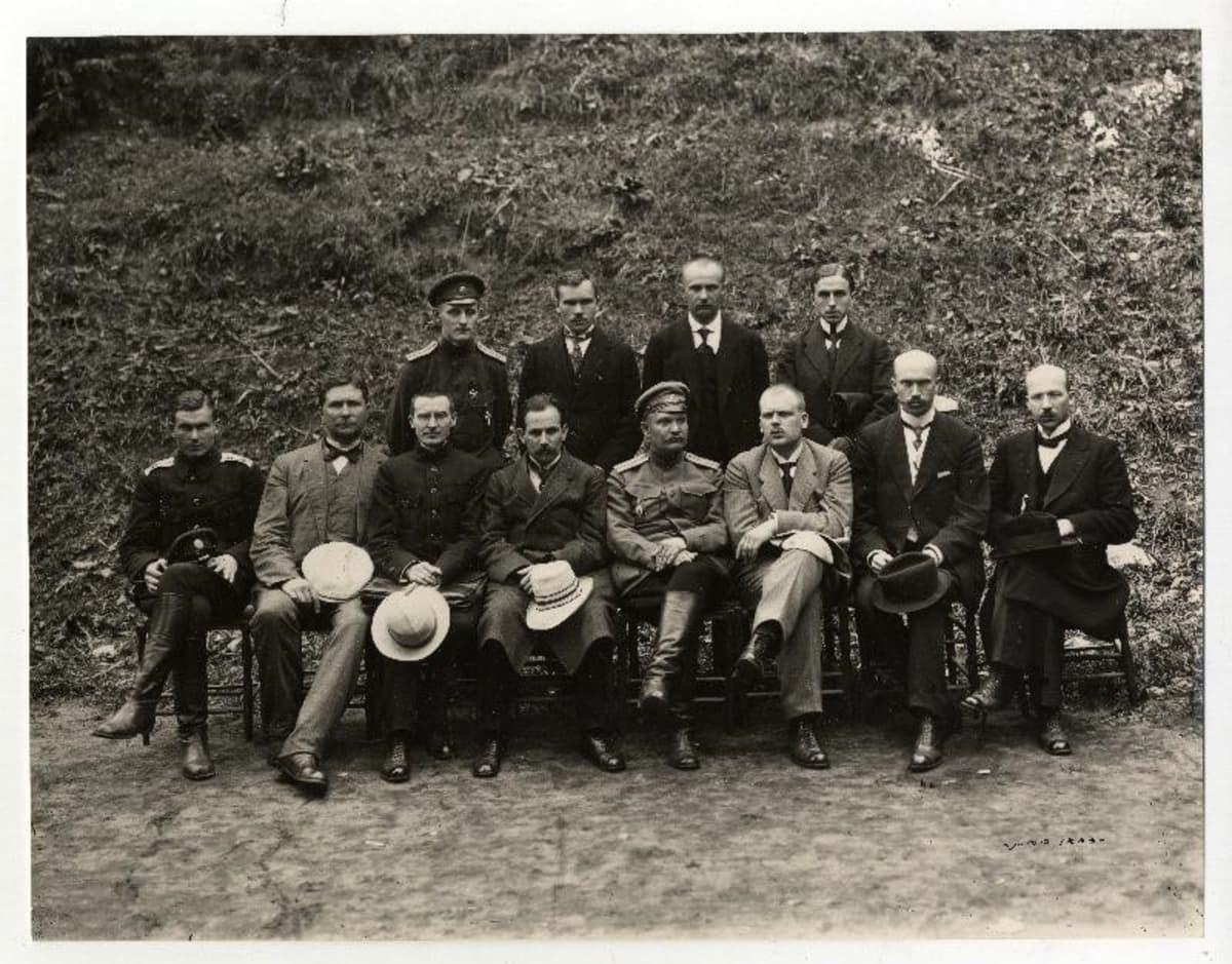 Jüri Vilms (eturivissä, kolmas vasemmalta) kuului myös Viron kansankongressin johtoon. Vilmsin vieressä vasemmalla valtionpäämies Konstantin Päts.