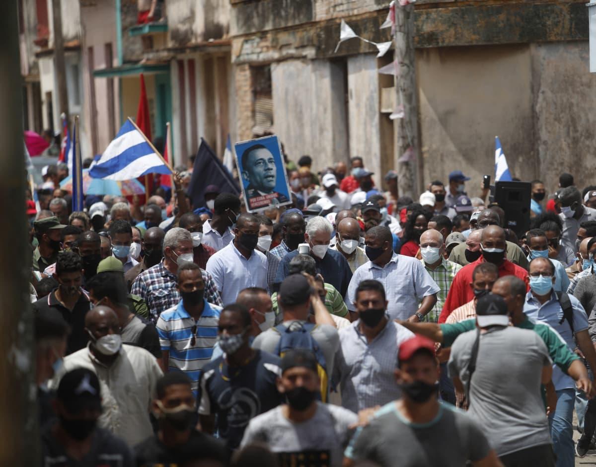 Demonstranter i en kubansk stad kräver frihet och demokrati.