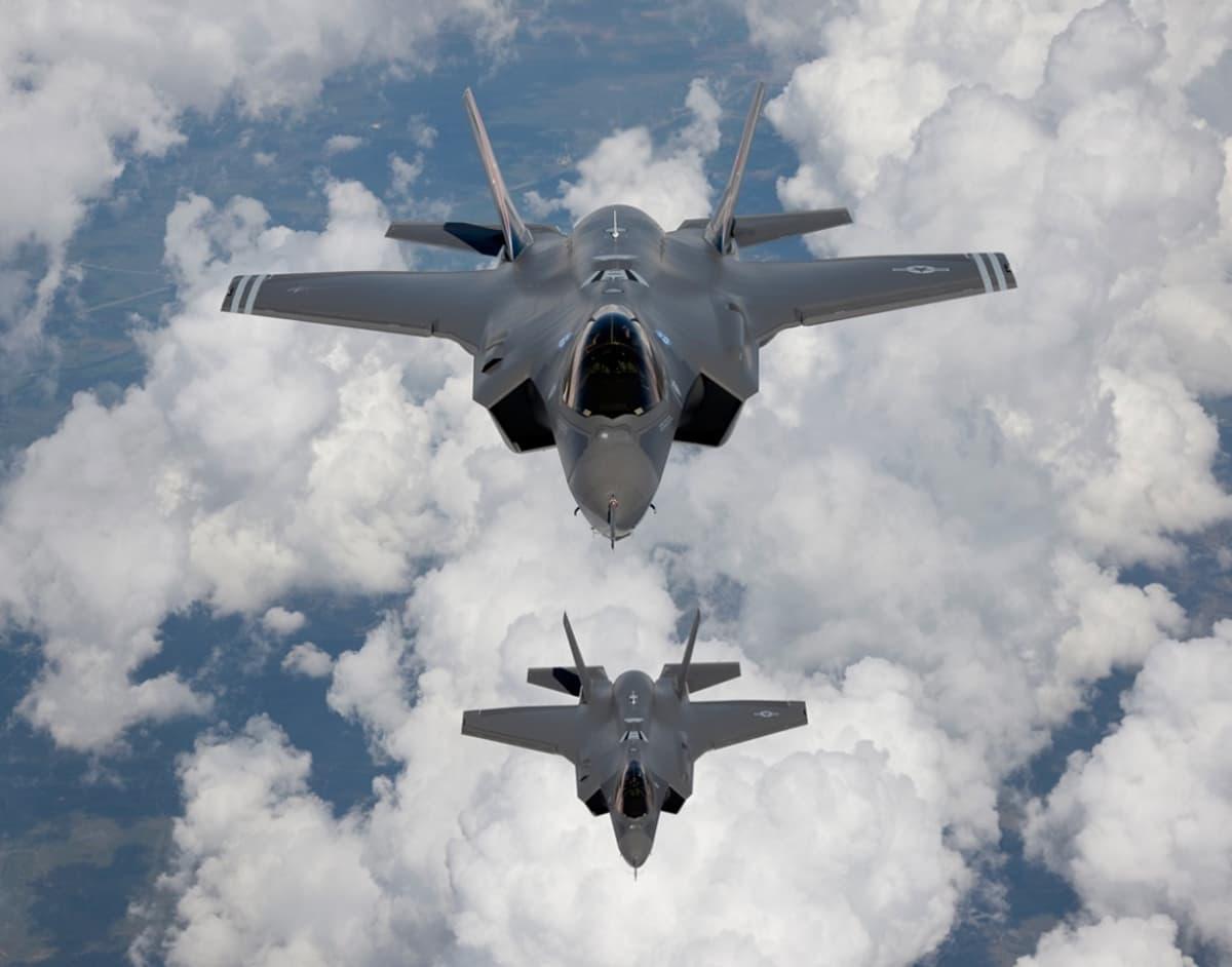 kaksi f-35 taistelukonetta