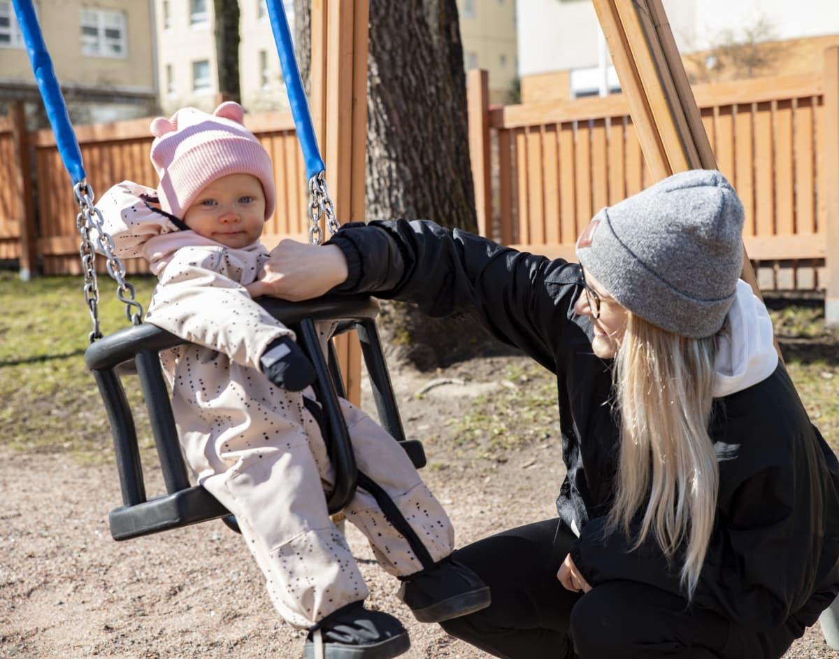 Pinja Kärki lapsensa kanssa leikkipuistossa.
