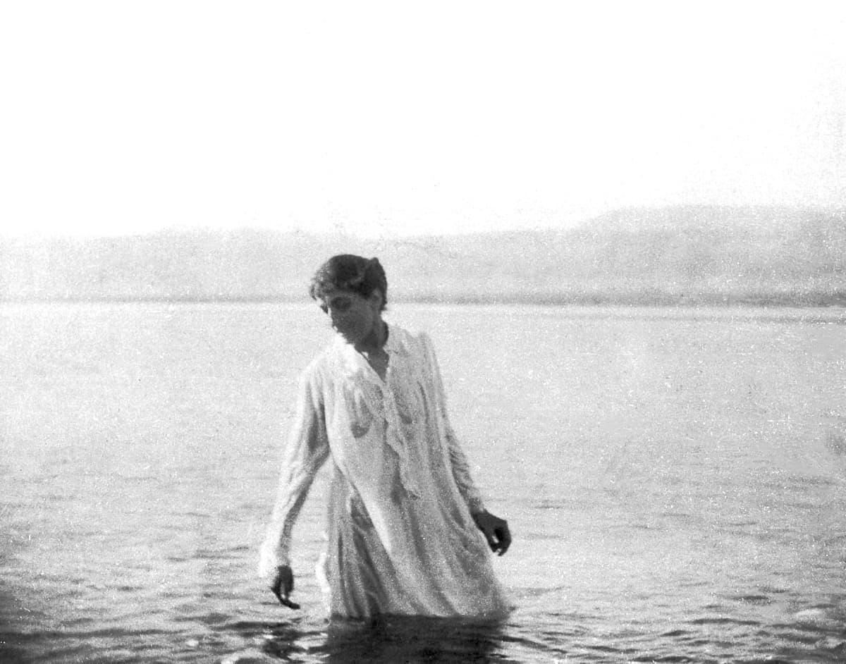 Gertrude Bellin ottama valokuva, jossa saksalainen nainen kävelee Kuolleessameressä.
