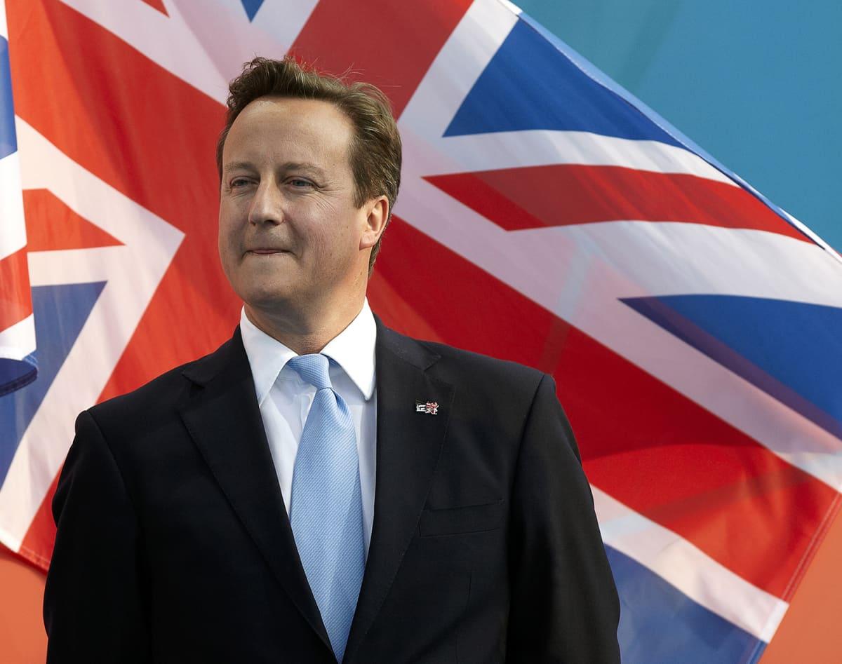 Britannian pääministeri David Cameron Yhdistyneen kuningaskunnan lipun edessä.