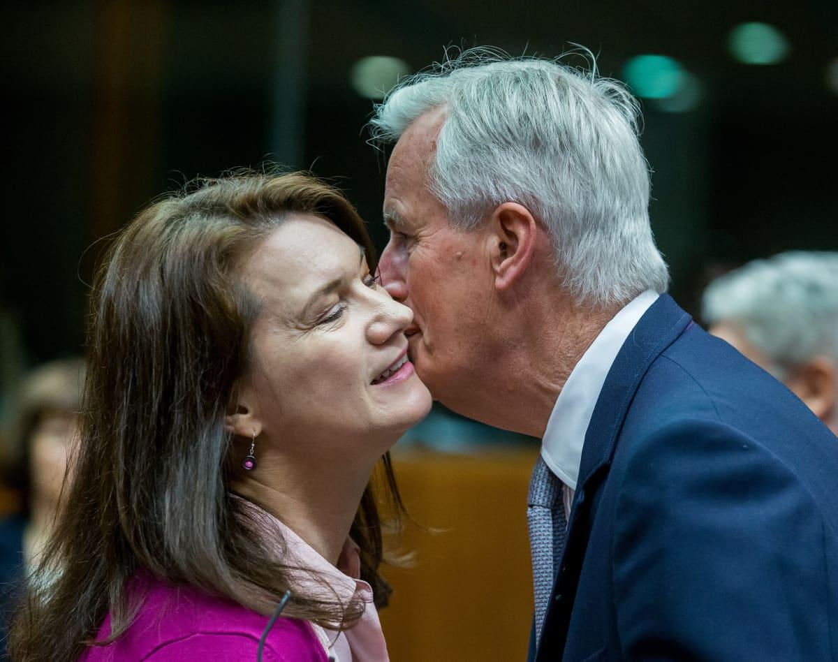 Ann Linde ja Michel Barnier vaihtavat poskisuudelman.