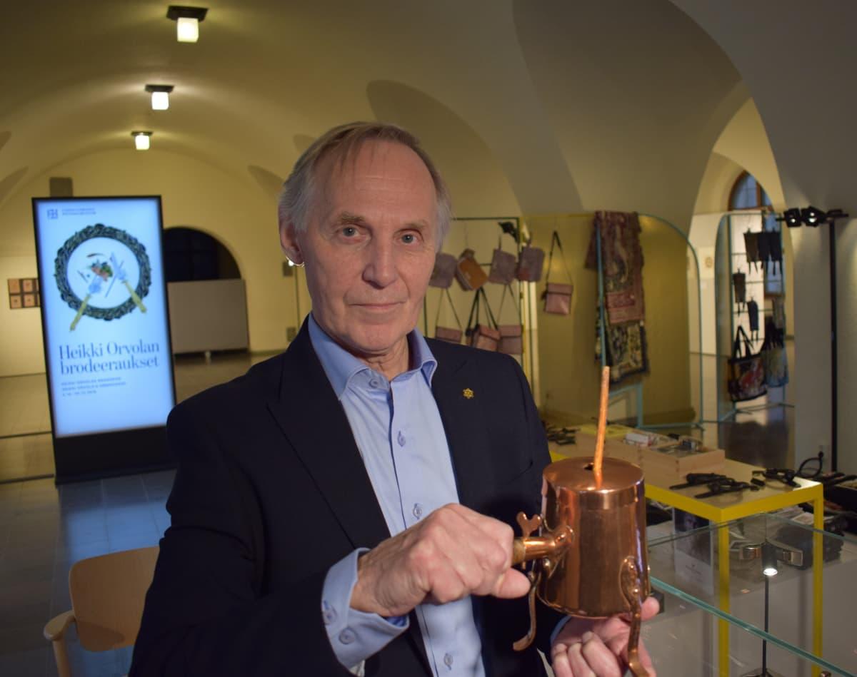 Pentti Siivonen esittelee kaakaokannua.