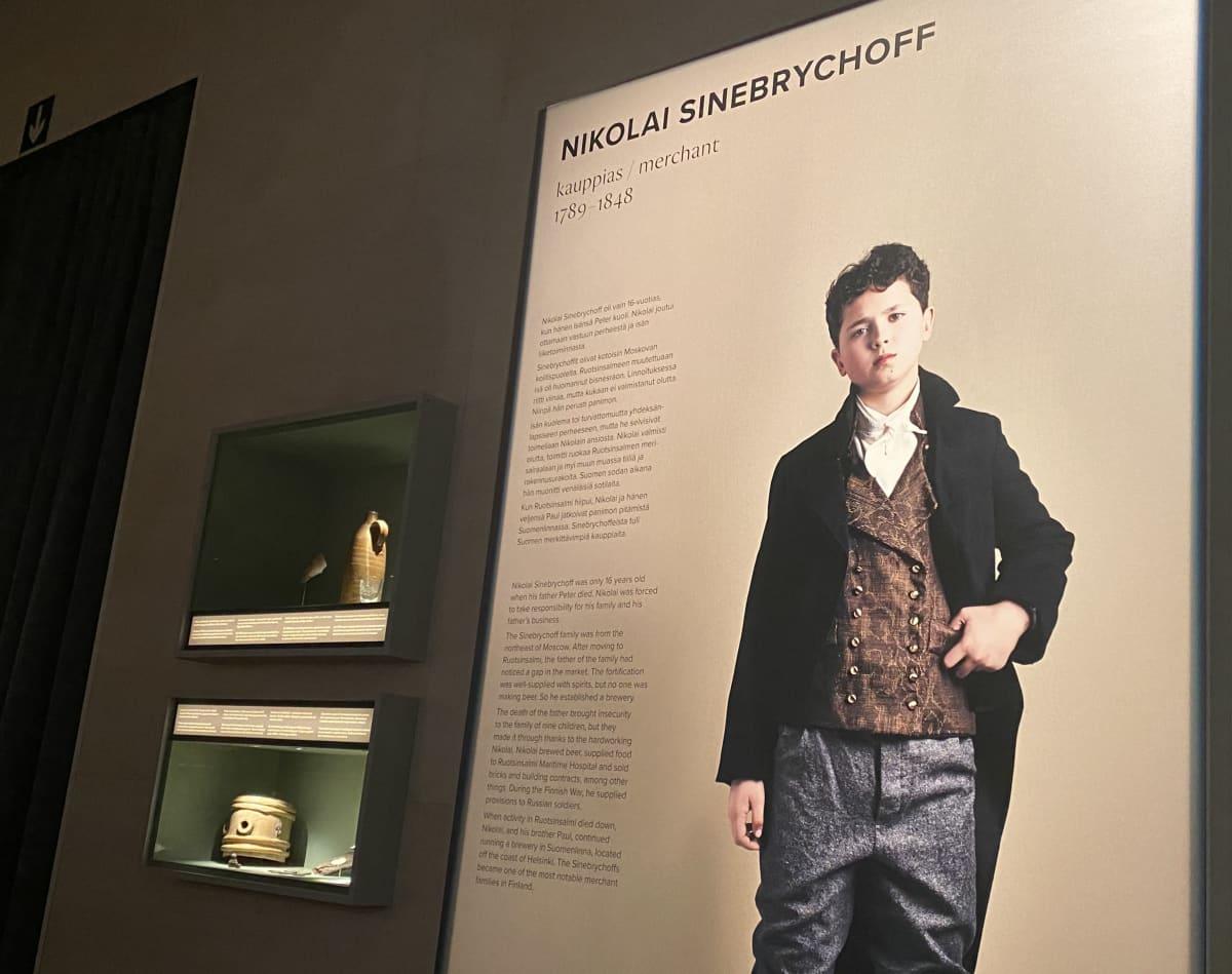 Valokuvaaja Emmi Simosen kuvaus nuoresta Nikolai Sinebrychoffista Kohtalona Ruotsinsalmi -näyttelyssä