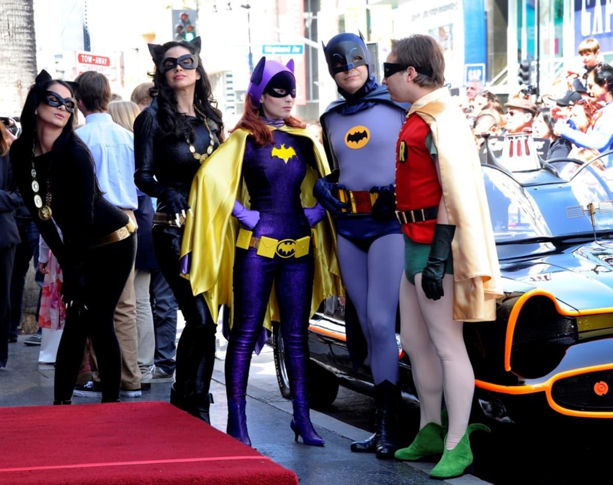 Batman, Robin ja Kissanainen punaisella matolla.
