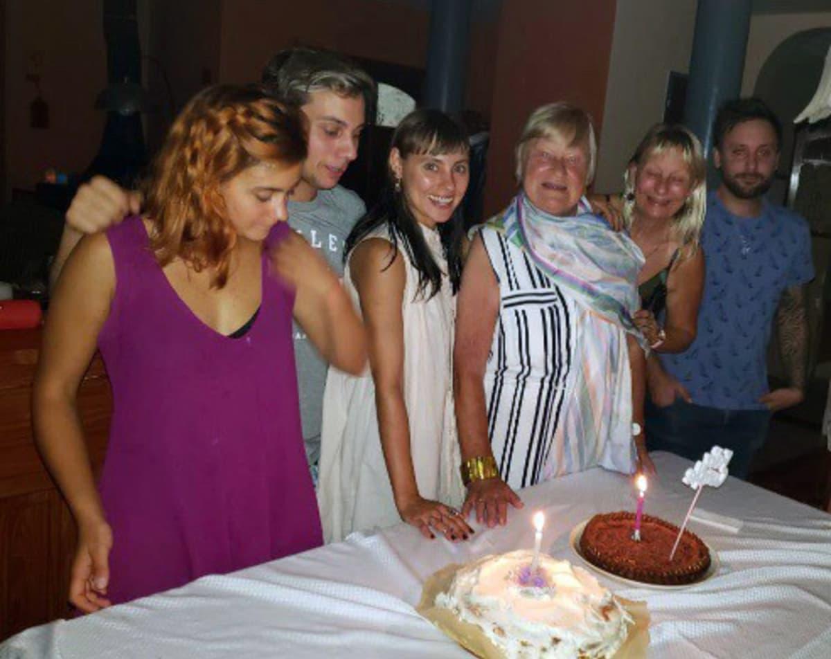 Kaisa Heinonen (neljäs vas.) juhli Argentiinassa 80-vuotispäiviään tyttärensä Ria Heinosen (toinen oik.) ja neljän lapsenlapsensa kanssa.