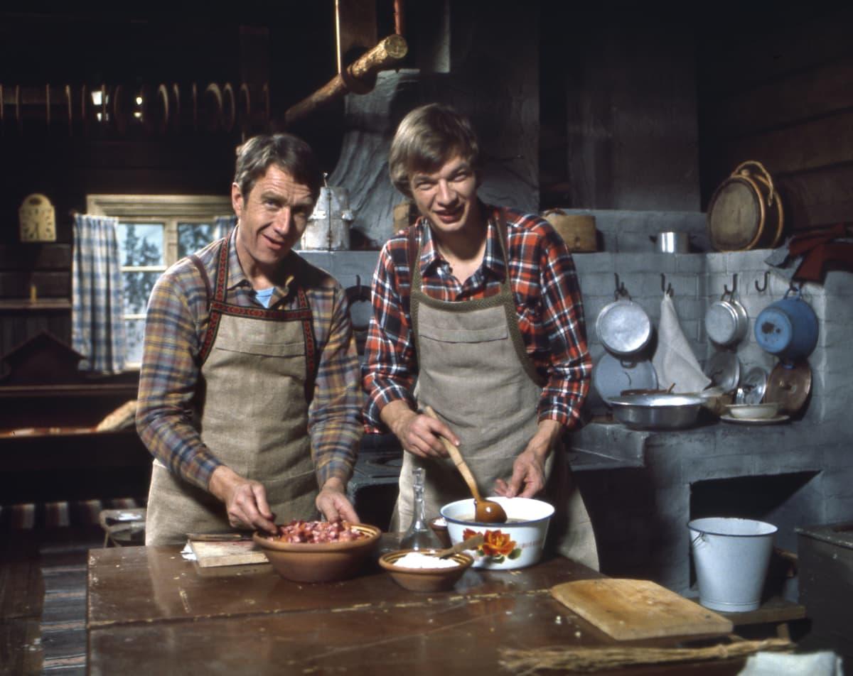 Keittiömestarit Veijo Vanamo ja Jaakko Kolmonen valmistavat ruokaa kokkiohjelmassa vuonna 1970.