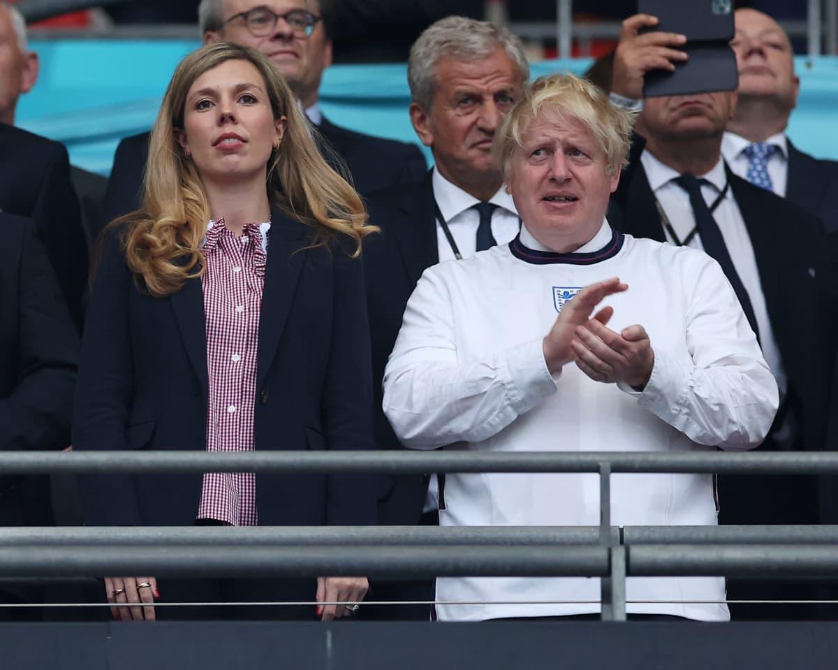 Pääministeri Boris Johnson seuraamassa Englannin ottelua Wembleyllä.
