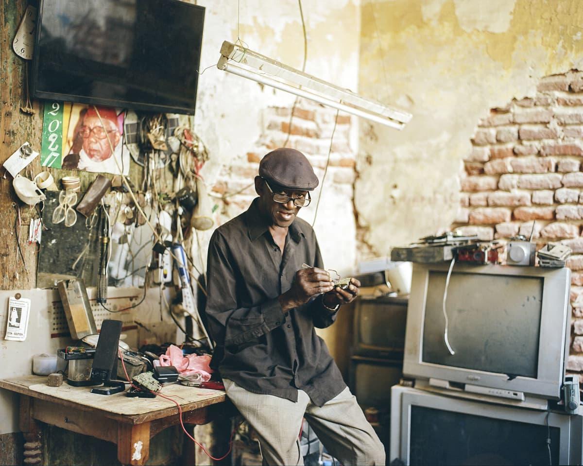Souleymane Seye korjaamossaan.