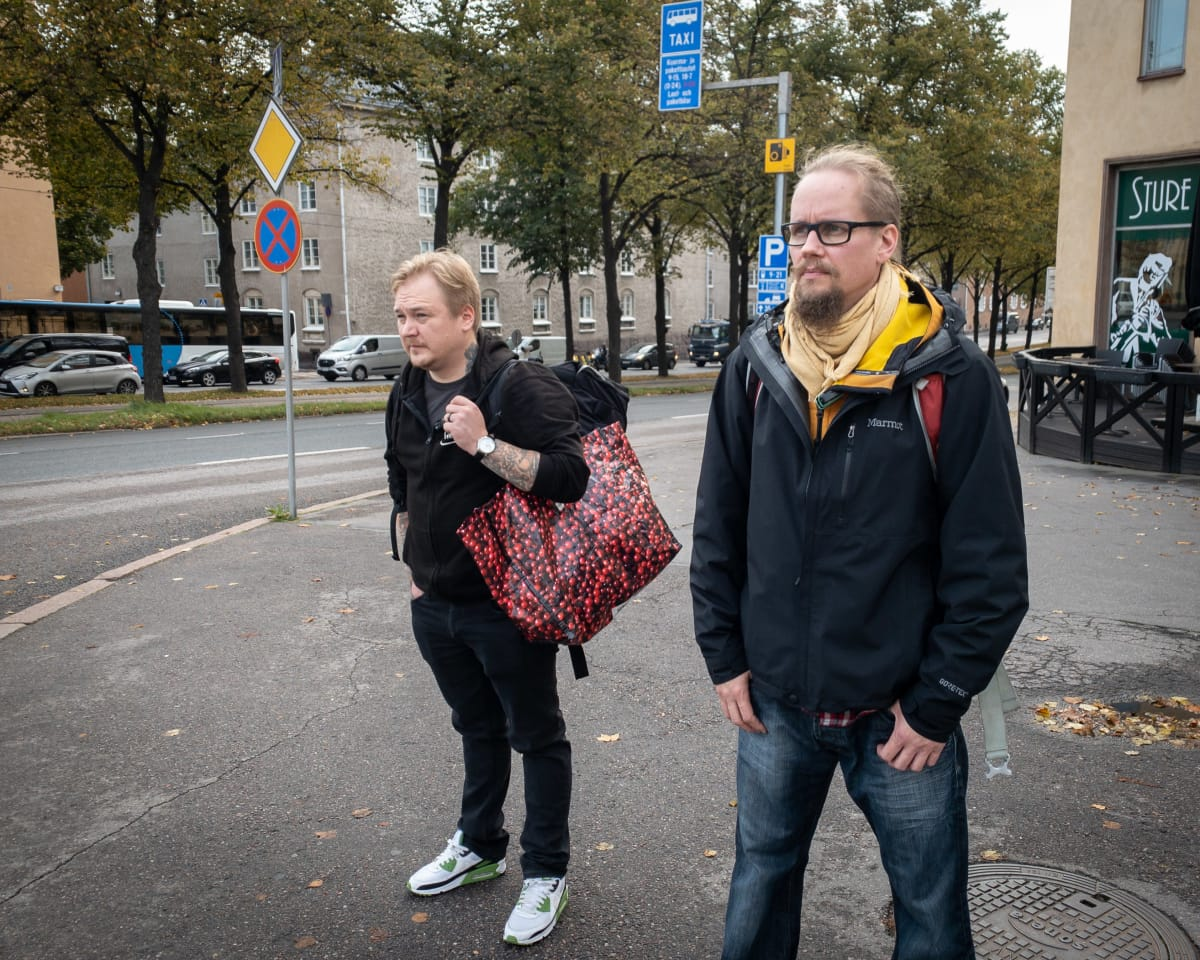 Jani Laasonen ja Robert Koski liikenteeessä rinkkoineen.