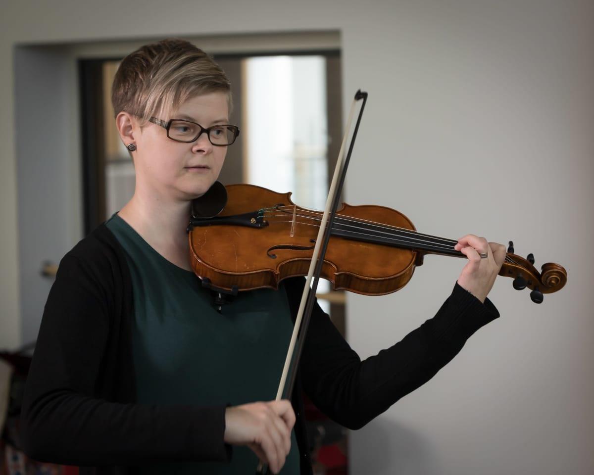Elina Havia soittaa viulua.