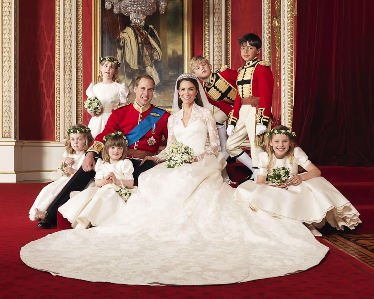 Prinssi William ja herttuatar Catherine morsiuslasten kanssa.