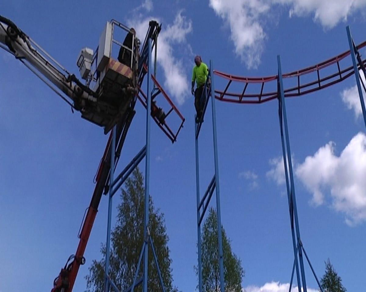 Vuoristorataa kasataan Nokkakiven huvipuistoon.