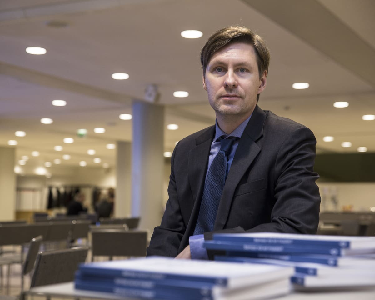 – Vaikka monet maahanmuuttajista tulevat maista, joissa luottamus instituutioihin ei ole kovin korkealla tasolla, niin näyttäisi siltä, että täällä suomalaisessa yhteiskunnassa luottamus sekä instituutioihin että kanssaihmisiin vahvistuu, sanoo tutkija Ville Pitkänen e2 Tutkimuksesta.