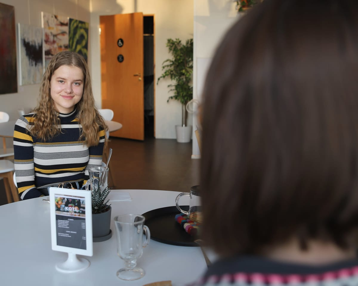 Rovaniemeläinen lukiolainen Salla Mäki äitinsä kanssa kahvilassa.