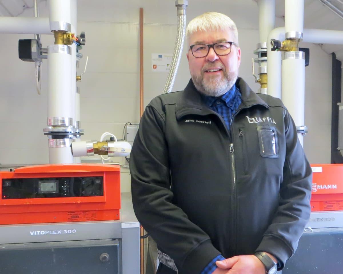 Jarmo Saariniemi biokaasulaitoksen laitteiden edessä.