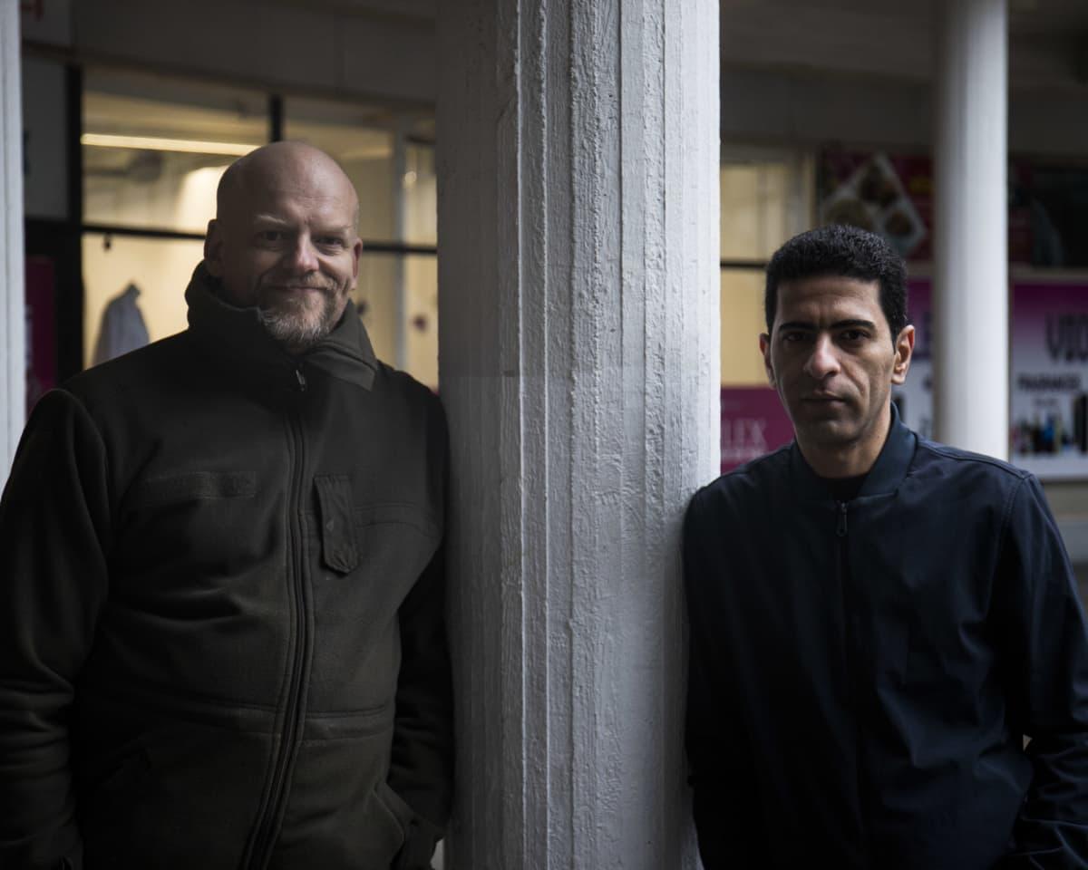 Janne Saarikivi, kotimajoittaja ja Mahmood Al-Taee, Jannen perheessä kotimajoittunut turvapaikanhakija.