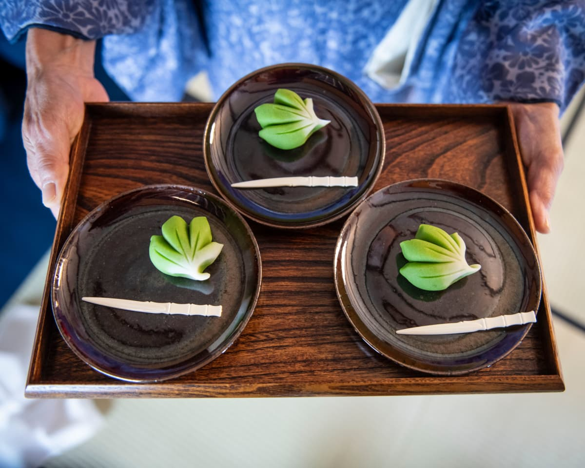 Karvaan matcha-teen kanssa syödään usein perinteinen japanilainen papumakeinen.
