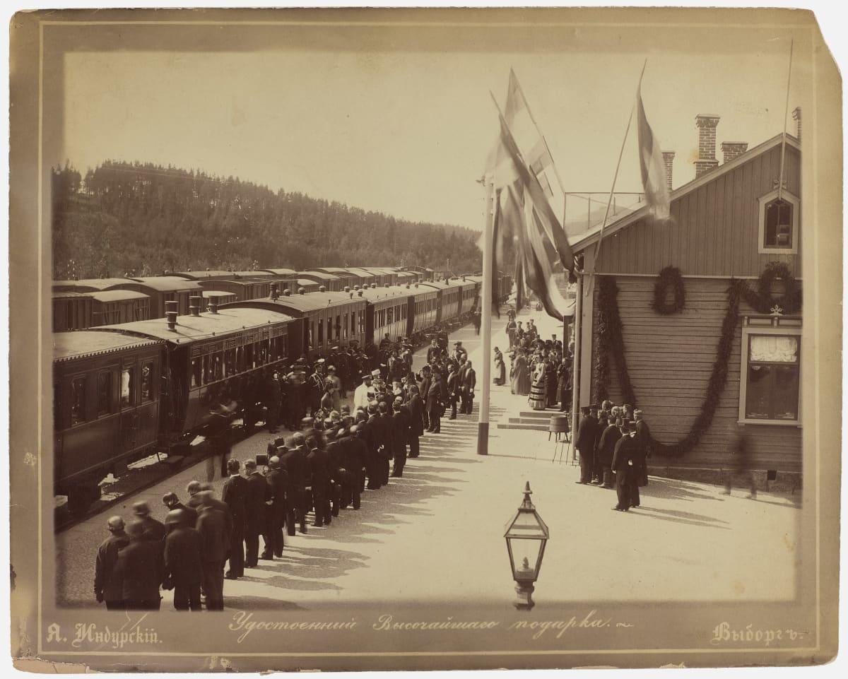 Keisarillinen juna pysähtynyt Lappeenrannan Simolan asemalle 4.8.1885. Aleksanteri III ja Maria Feodorovna Simolan asemalla. Runsaasti yleisöä.