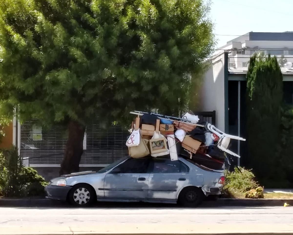 tavararöykkiö henkilöauton katolla