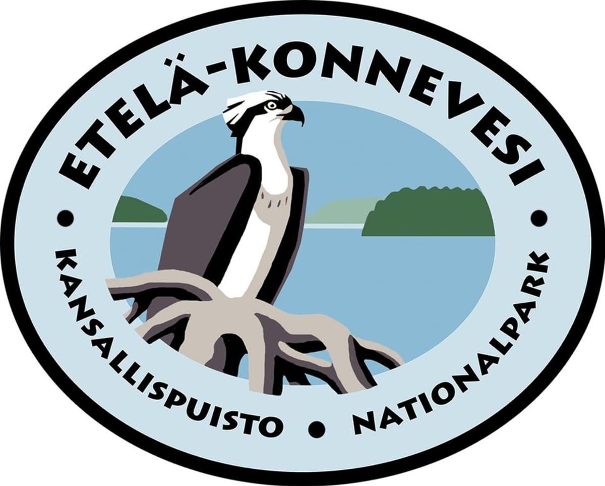 Etelä-Konneveden kansallispuiston logossa on kalasääksi ja järvimaisema.