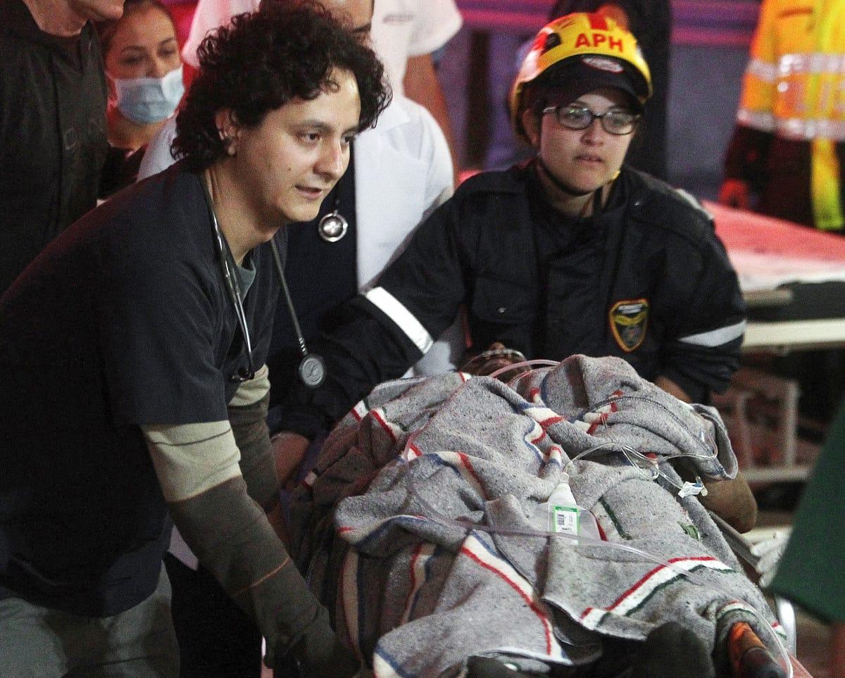 Lentoturmasta selvinnyttä jalkapalloilijaa Alan Ruschelia viedään hoitoon Kolumbian La Cejassa