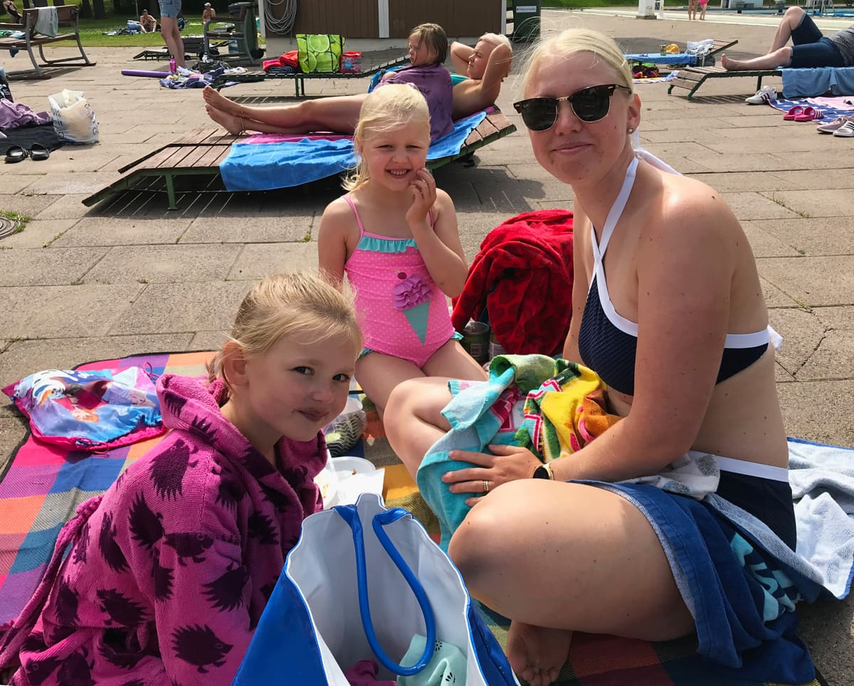 Jenni Heinonen oli saapunut tyttäriensä kanssa Maikkalana tunnettuun Porin maauimalaan.