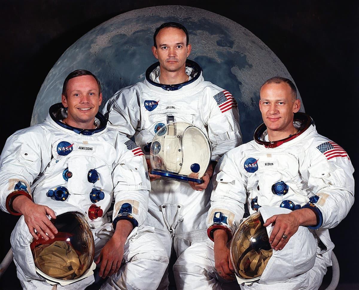Apollo 11:n kolme astronauttia ryhmäkuvassa kuunkuvan edessä.