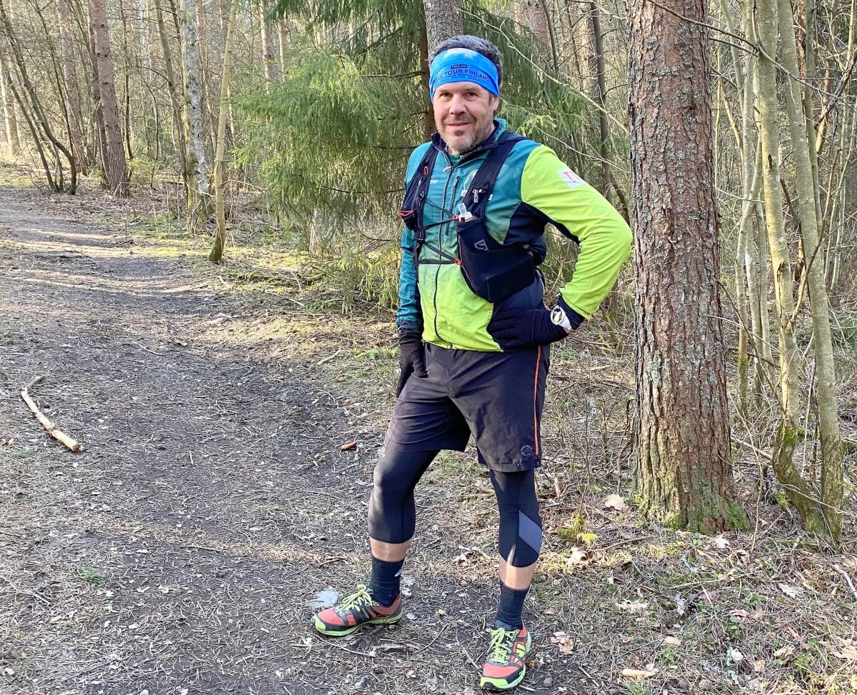 Tawastia Trail Clubin polkujuoksija Jussi Näri seisoo polulla polkujuoksuvarusteet yllään.