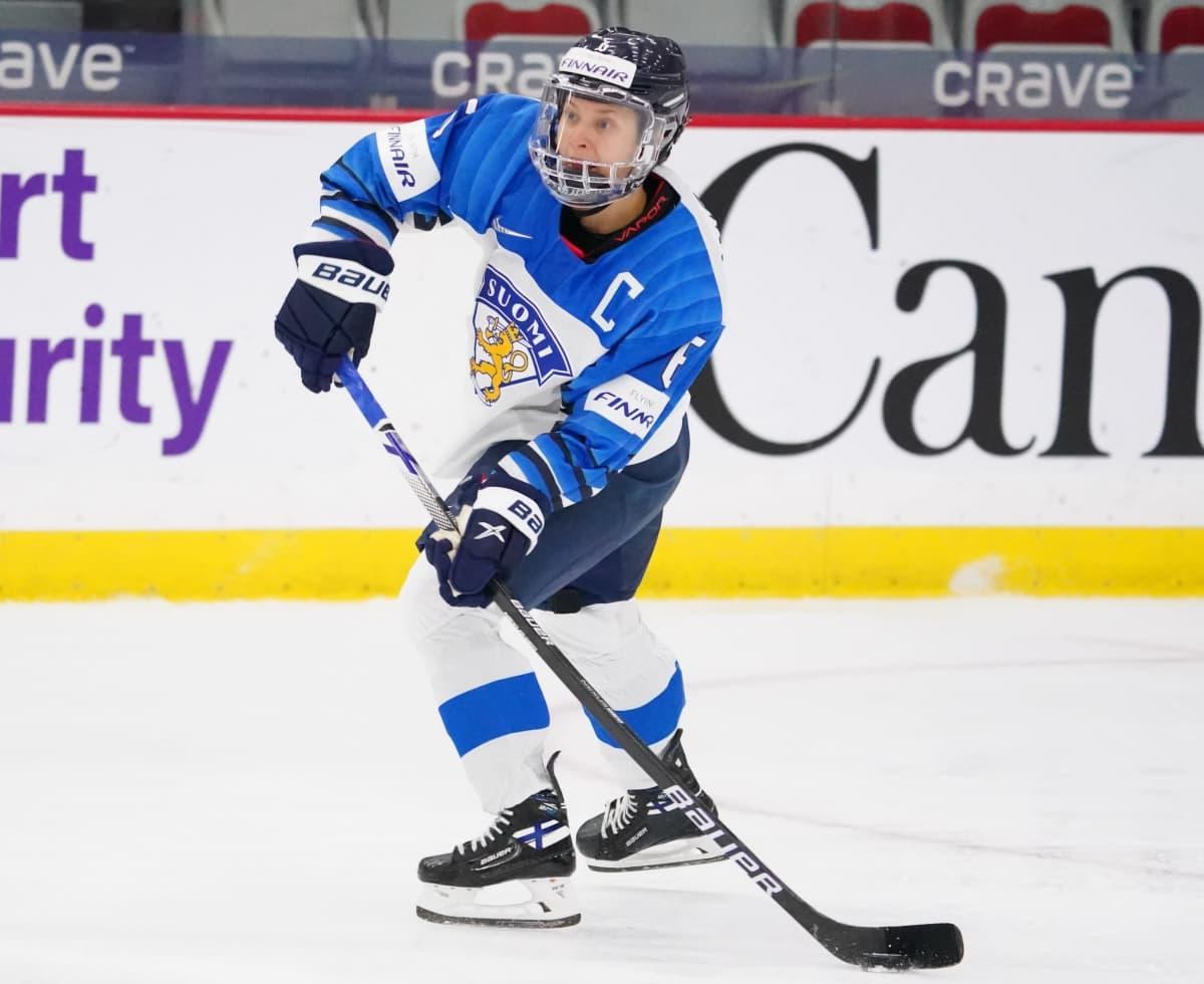 Suomen kapteeni Jenni Hiirikoski Calgaryn MM-kisoissa.
