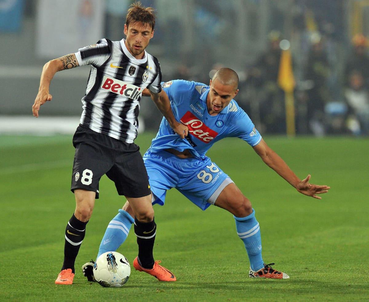 Juventuksen Claudio Marchisio ja Napolin Gökhan Inler kaksinkamppailussa.