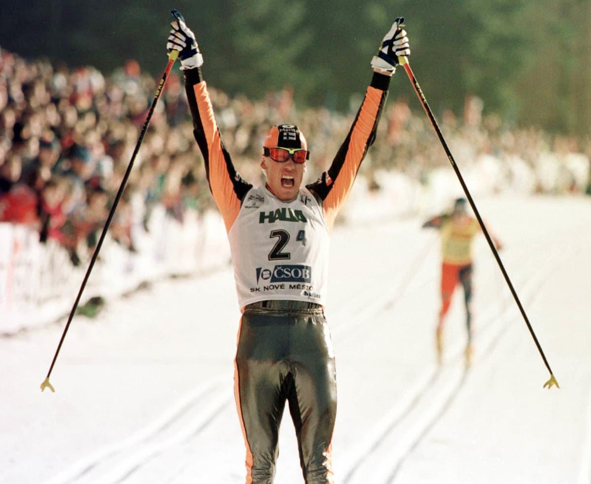 Jari Isometsä tuulettaa kakkossijaa Nove Meston maailmancupissa tammikuussa 1996.