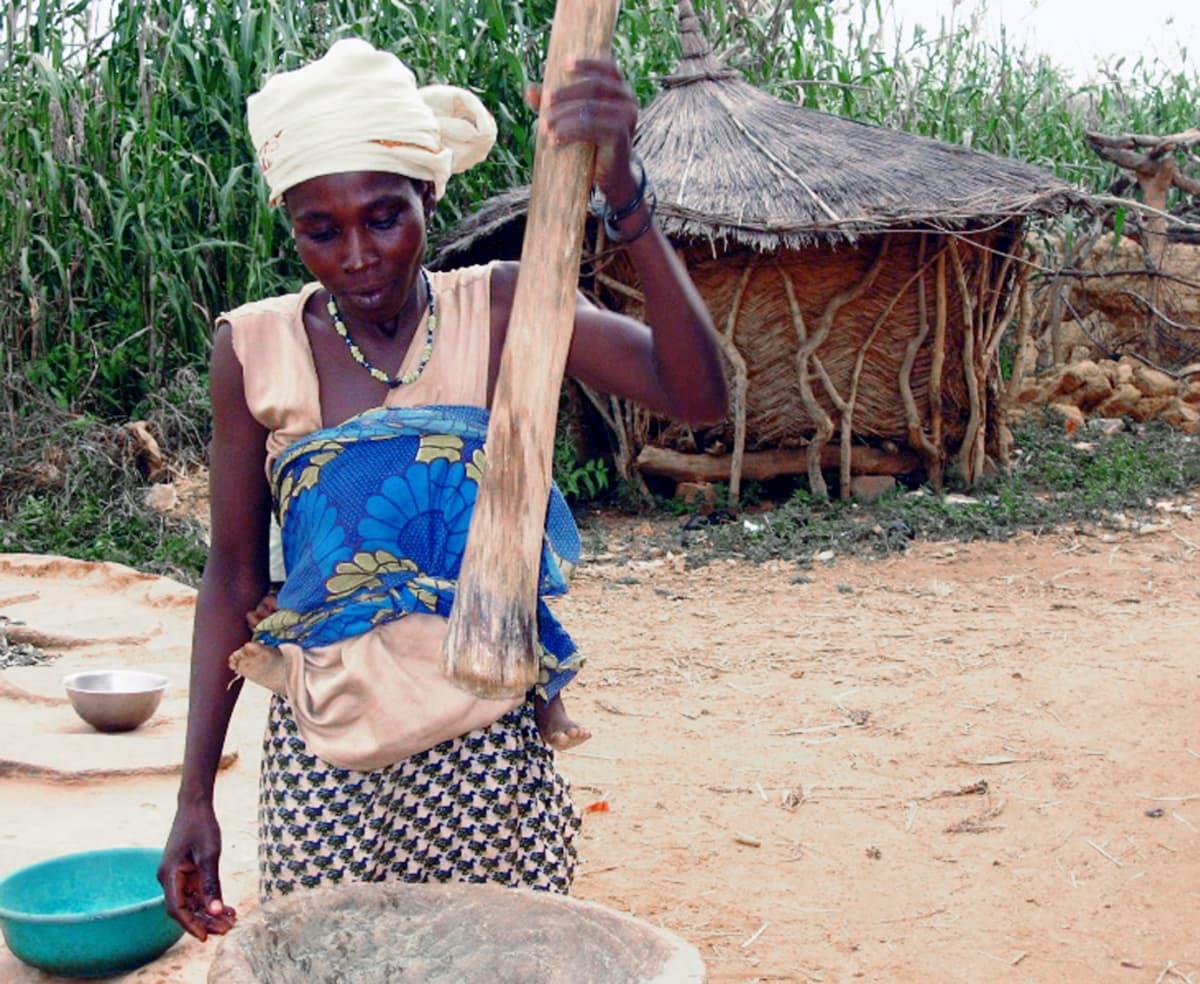 Burkina Fason maaseudulla työt tehdään käsin. Lähes puolet väestöstä elää köyhyydessä.