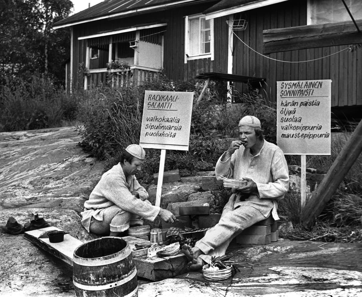 Keittiömestarit Veijo Vanamo ja Jaakko Kolmonen Kesäkeittiö-ohjelman kuvauksissa vuonna 1970.