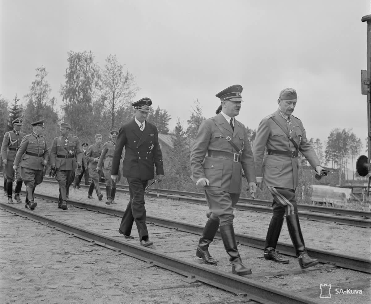 Adolf Hitler kävelee marsalkka Mannerheimin vieressä