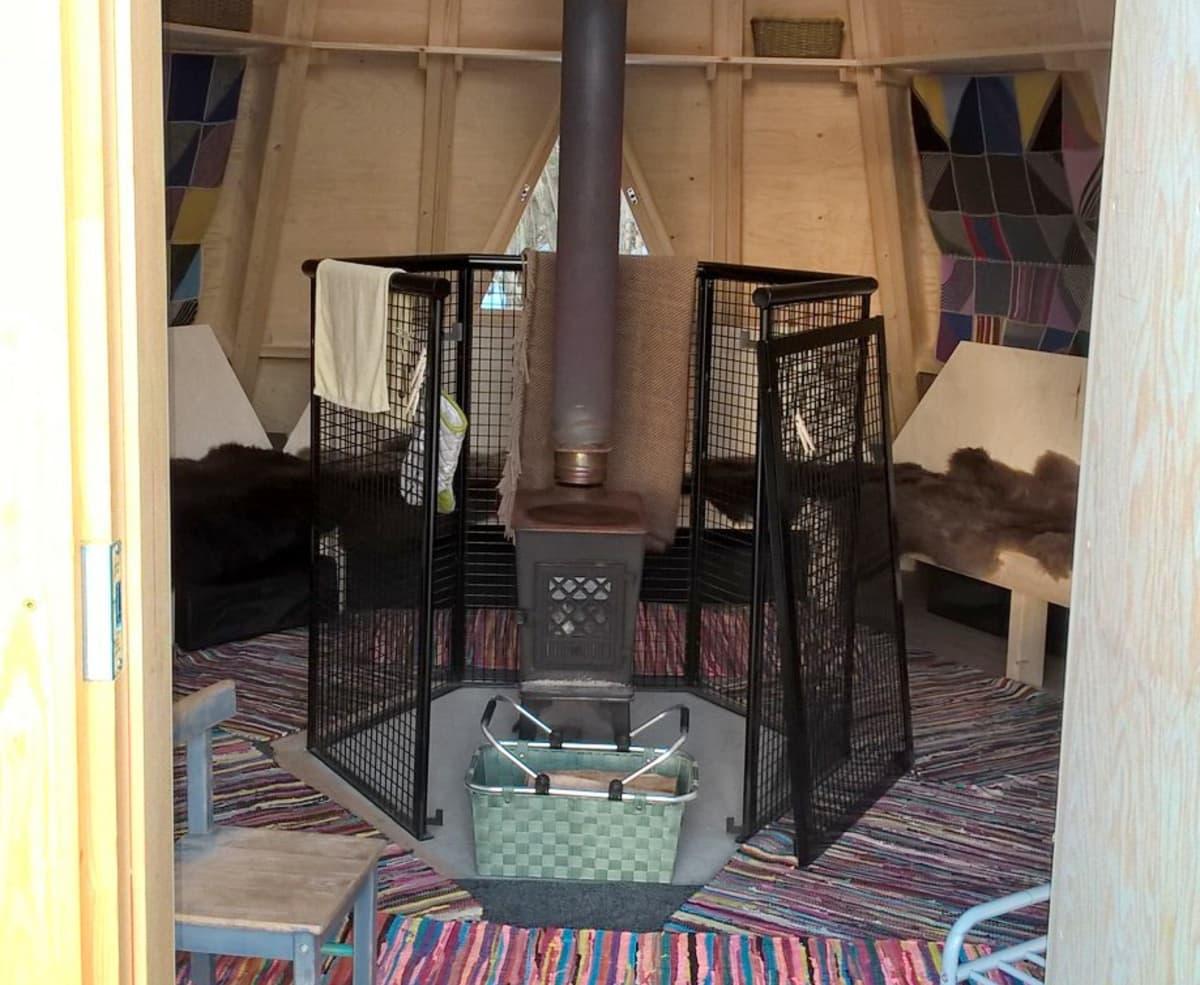 Päiväkoti Haltian kodan voi lämmittää kaminalla.