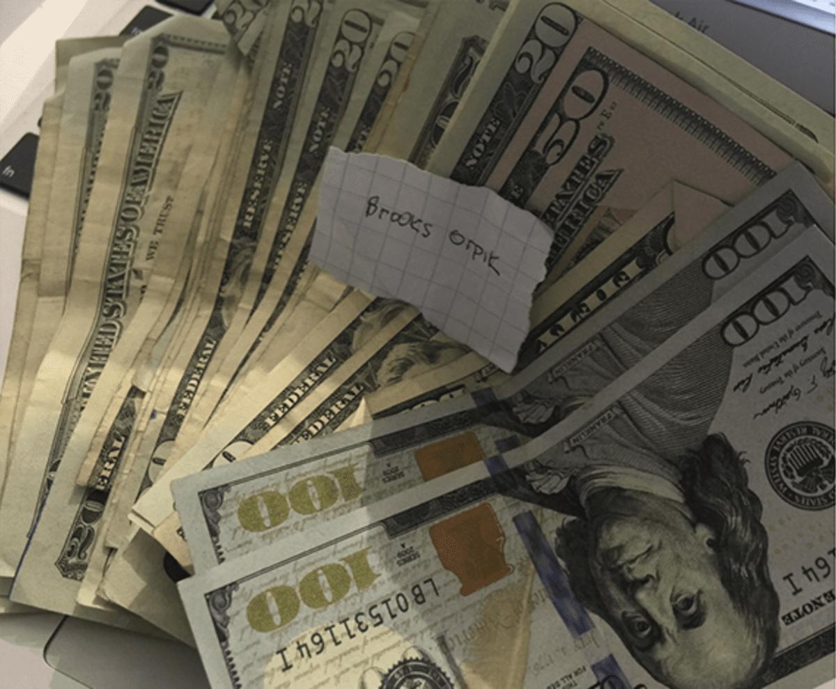 Rahaa ja Brooks Orpik lappu