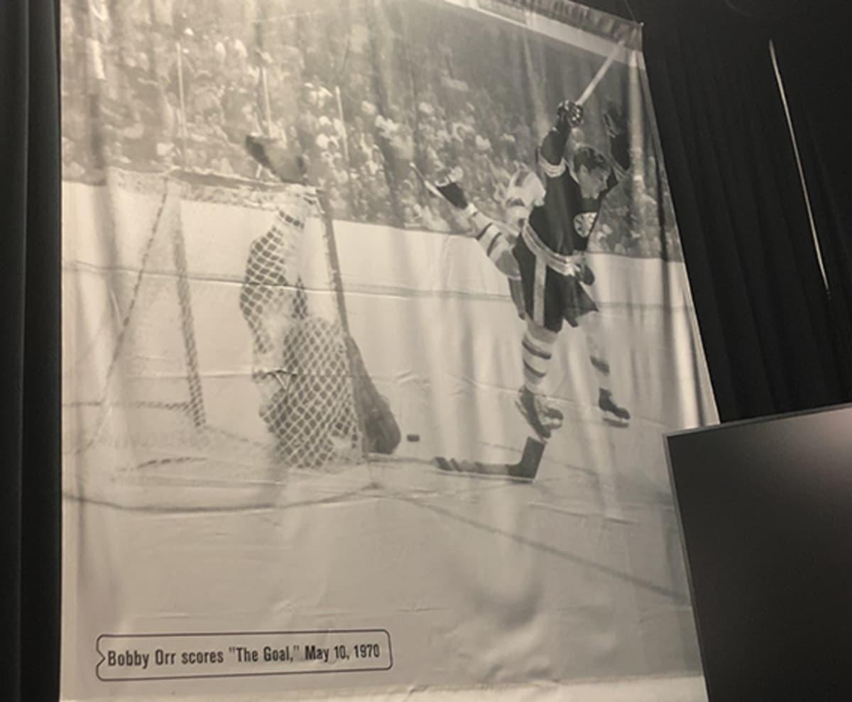 Bobby Orr -valokuva seinällä.