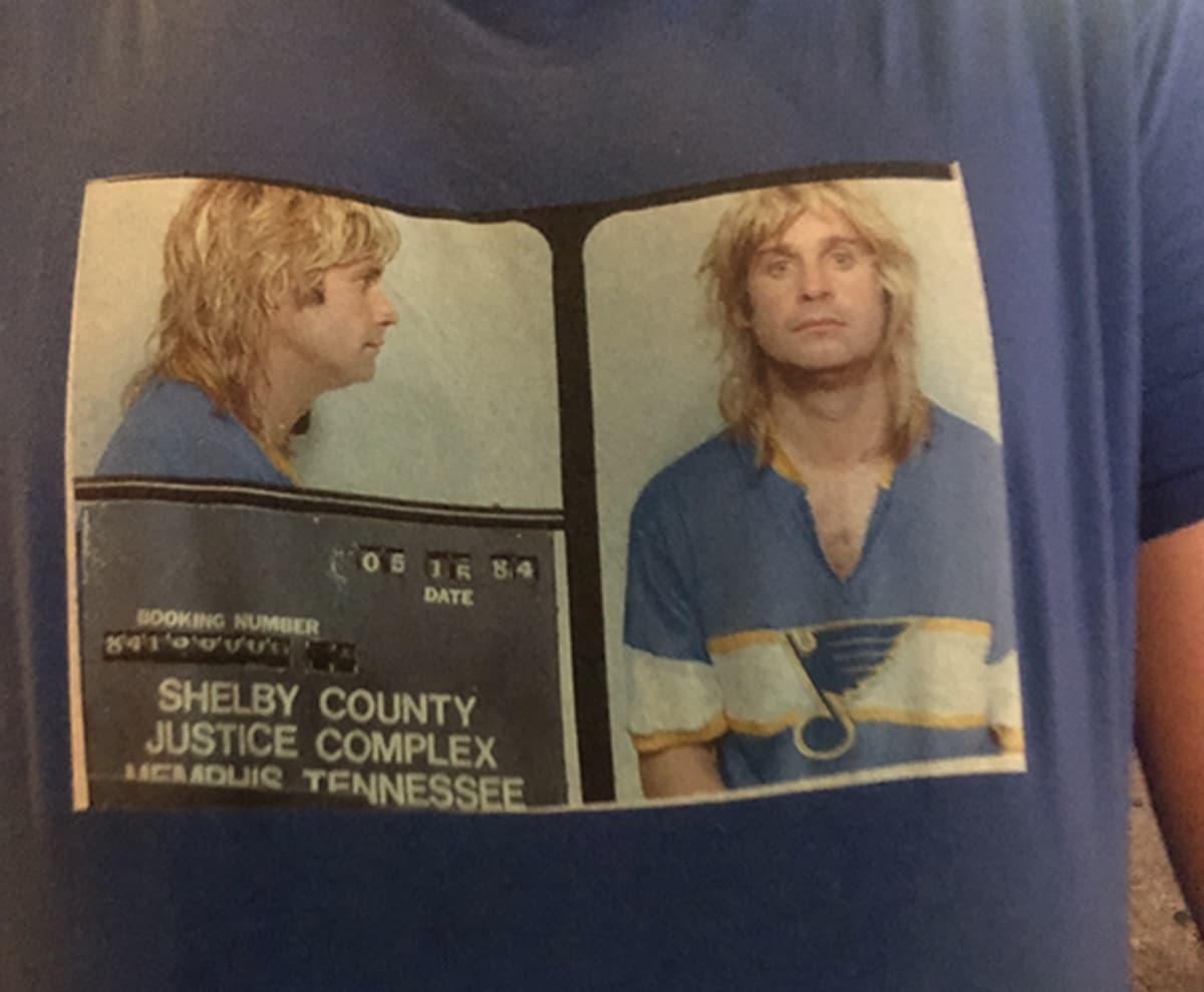 Fani, jolla on Ozzy Osbourne -paita päällään.