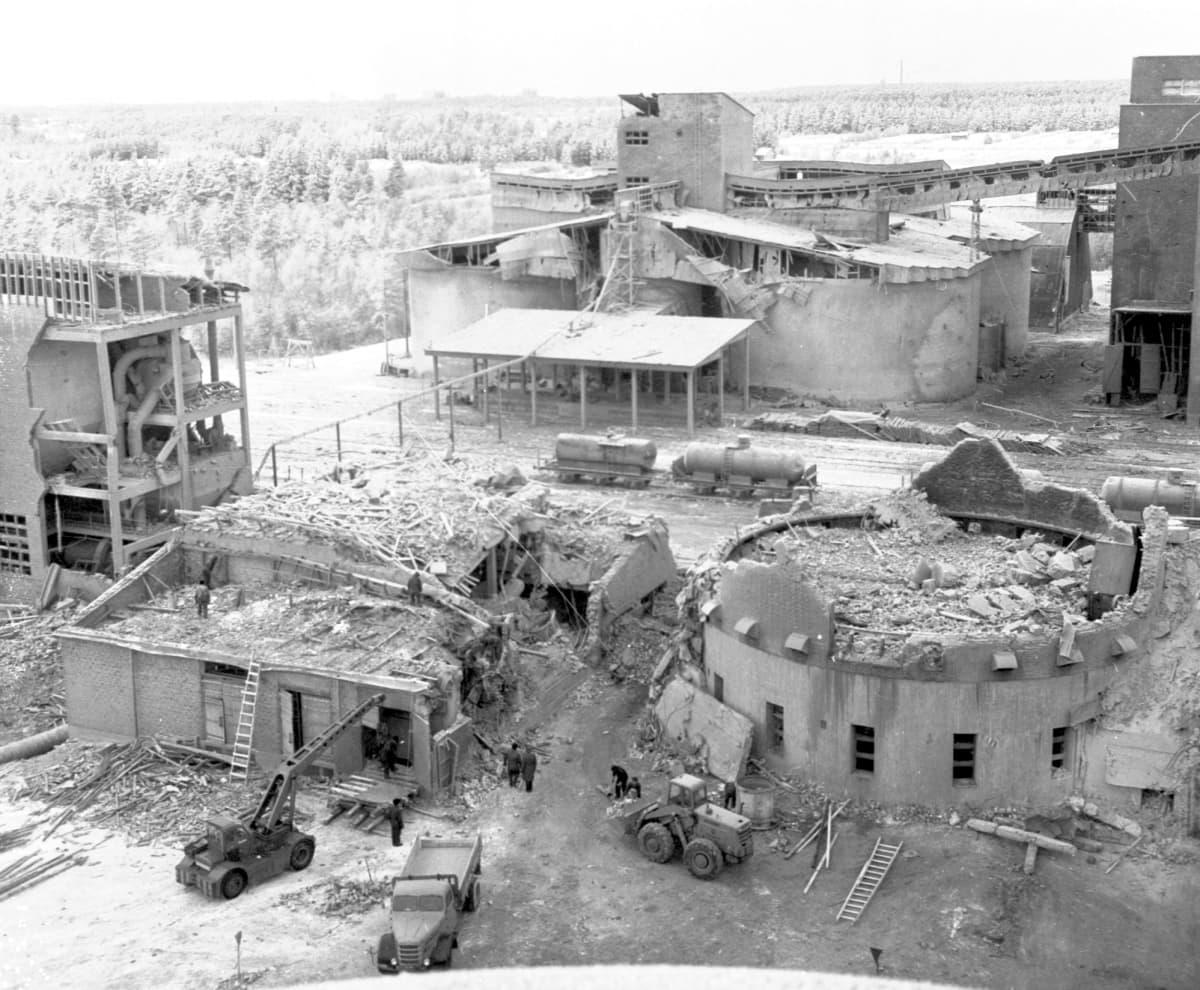 Typpi Oy:n räjähdys tuhosi kahdeksankerroksisen salpietariosaston ja sen vieressä olleen tornin maantasalle. (kuva otettu 10.1.1963  päivä räjähdyksen jälkeen)